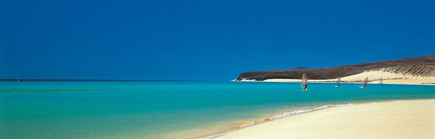 Vindsurfing ved stranden på Fuerteventura