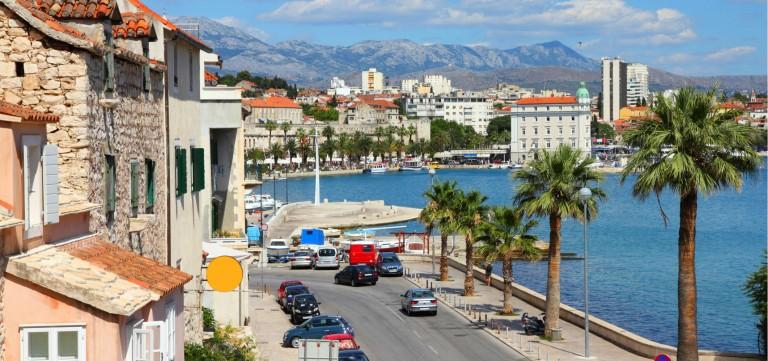 Vacker kuststad i Kroatien med palmer