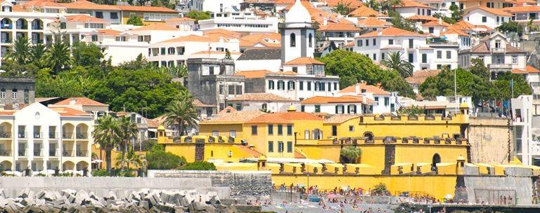 Funchal stad vy från vattnet