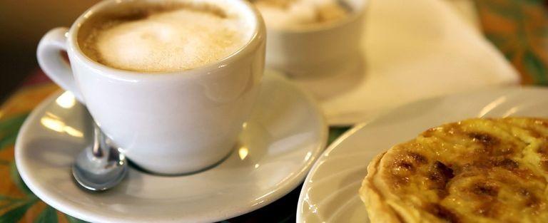 Kaffe och fransk bakelse
