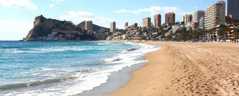 Stranden ligger mitt i stan i Benidorm