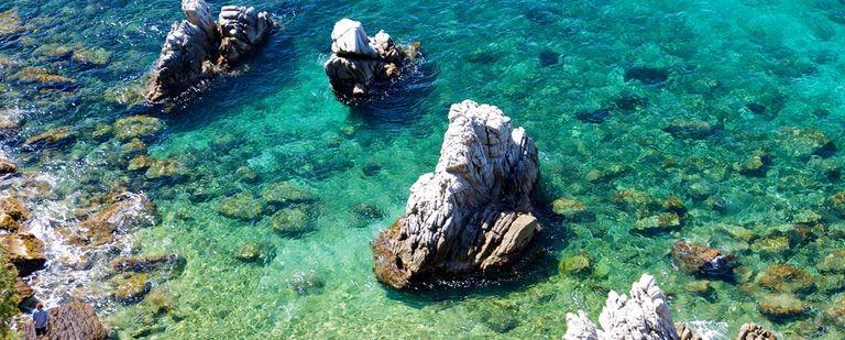 Klippor och strand vid L'Escala