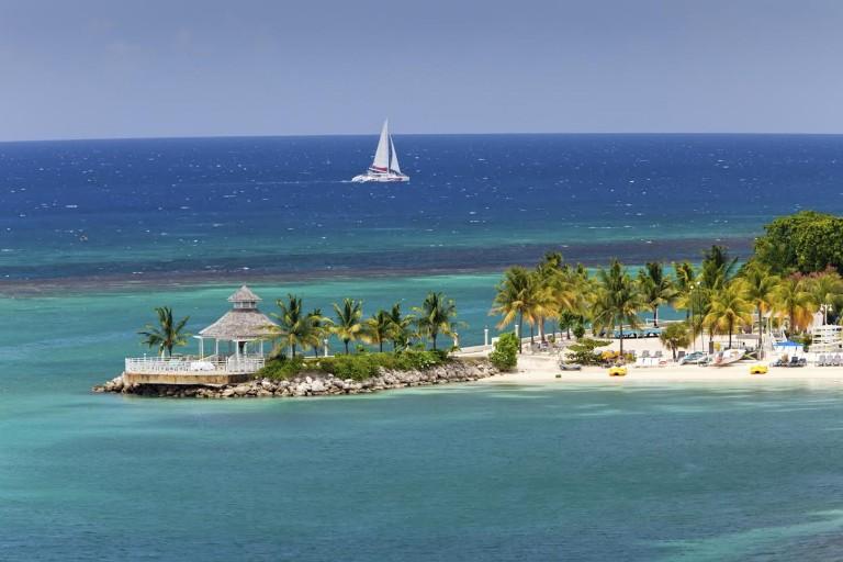 Lekre strender i Ocho Rios på jamaica