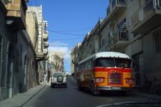 Malta - Traditionell buss i centrala Valletta