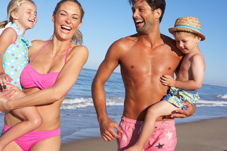 Familie koser seg på stranden!