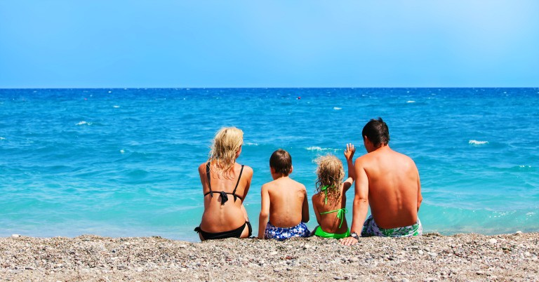 barnefamile ved stranden