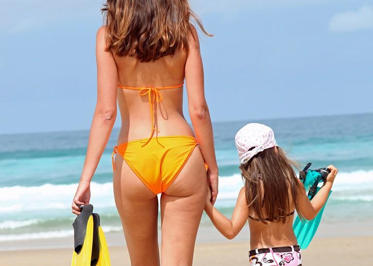 Mor og datter på stranden - Bading